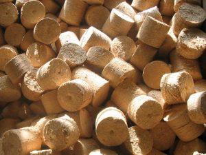Фото с изображением топливных брикетов из опилок.